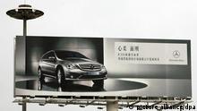 Eine große Reklametafel am Flughafen der chinesischen Hauptstadt Peking wirbt für die R-Klasse von Mercedes-Benz, aufgenommen am 09.10.2007. Foto: Alexander Becher +++(c) dpa - Report+++