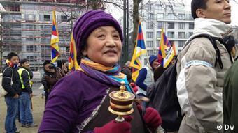 Exil-Tibeter und ihre Unterstützer gedenken den Aufstand gegen die chinesische Herrschaft am 10.03.1959 und demonstrieren gegen die Unterdrückung in Tibet. Wer hat das Bild gemacht?: Su Yutong, DW Wann wurde das Bild gemacht?: 10.03.2012 Wo wurde das Bild aufgenommen?: Brüssel Eingereicht von Cao, Haiye am 11.3.2012