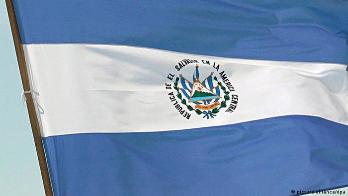Wahlen auf kommunaler Ebene in El Salvador Fahne Flagge (picture-alliance/dpa)