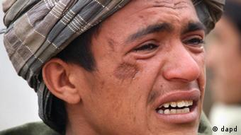 An Afghan youth mourns for relatives, who were allegedly killed by a U.S. service member in Panjwai, Kandahar province south of Kabul, Afghanistan, Sunday, March. 11, 2012. A U.S. service member walked out of a base in southern Afghanistan before dawn Sunday and started shooting Afghan civilians, according to villagers and Afghan and NATO officials. Villagers showed an Associated Press photographer 15 bodies, including women and children, and alleged they were killed by the American. (Foto:Allauddin Khan/AP/dapd)