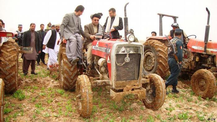 Афганские крестьяне на тракторах