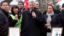 Niedersachsen/ Bundesumweltminister Norbert Roettgen (CDU, M.) diskutiert am Montag (12.03.12) bei Remlingen bei seinem Besuch im Atommuelllager Asse II an einem runden Tisch mit Gegnern des Lagers. Unter dem lautstarken Protest von etwa 80 Atomkraftgegnern ist Roettgen am Montag am Atommuelllager Asse bei Wolfenbuettel eingetroffen. Roettgen setzte sich an einen symbolischen runden Tisch, um mit den Demonstranten zu diskutieren. Mit Blick auf das japanische Fukushima wollten die Atomkraftgegner wissen, wer die strafrechtlichen Konsequenzen der Pannen im Atommuelllager Asse tragen wird. (zu dapd-Text) Foto: Focke Strangmann/dapd