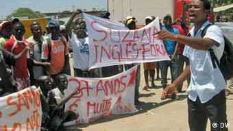 Youth in Angola hold banners to demonstrate against dos Santos' rule Fotograf:Nelson Sul d'Angola