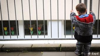 Мальчик стоит один на улице