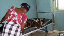 3. Eine Frau kümmert sich um ein angehörige in Hospital Simão Mendes. Das Photo würde in Bissau in Juni 2009 gemacht. Fotografin ist Helena de Gouveia.