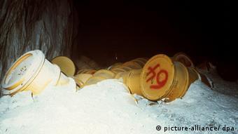 Auf der 750-Meter-Sohle von Asse II im ehemaligen Salzbergwerk bei Remlingen lagern bereits 79 000 Fässer schwachradioaktiver Abfälle unter einer Salzdecke in zugemauerten Kammern. (undatierte Aufnahme)