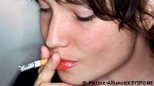 SCHWEIZ RAUCHEN Eine junge Frau raucht eine Zigarette, aufgenommen am 30. Oktober 2005.