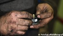 Männerhände mit schwarzer Rußschicht
