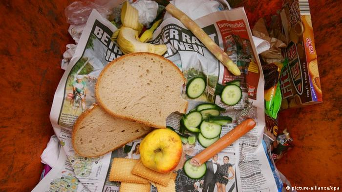 Lebensmittel liegen in einer Mülltonne. (Foto: Frank May/ dpa)