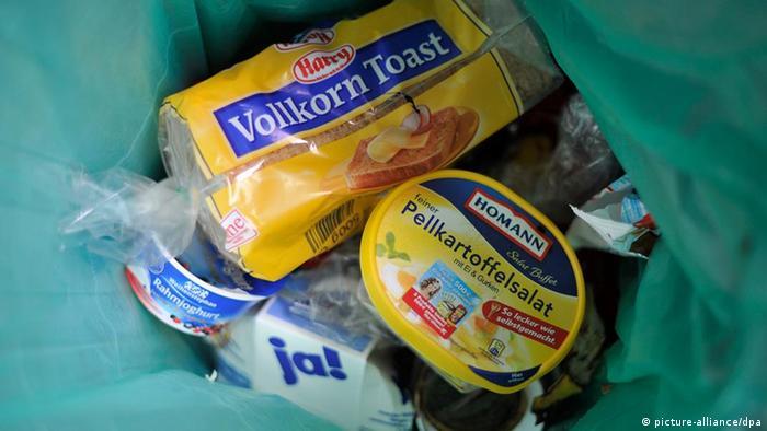 Mülltüte mit verschlossenen Lebensmitteln