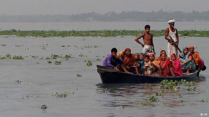 Bangladeshis ride a boat and look for family members, victims of a ferry accident, on the Meghna River in Munshiganj district, about 32 kilometers (20 miles) south of Dhaka, India, Tuesday, March 13, 2012. A ferry packed with about 200 people capsized in a river in southern Bangladesh on Tuesday, killing 31 people and leaving dozens more missing, authorities said. (Foto:Pavel Rahman/AP/dapd)