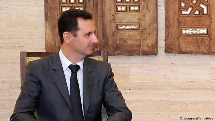 Ausschnitt aus: epa03134044 A handout photo made available by the official Syrian Arab News Agency (SANA) shows Syrian President Bashar al-Assad (L) meeting with Alla Alexandrovsaya, chairwoman of the Syrian-Ukrainian Friendship Committee in the Ukrainian Parliament, in Damascus, Syria, 06 March 2012. According to SANA, the meeting took up the recent developments in Syria. EPA/SANA/HANDOUT HANDOUT EDITORIAL USE ONLY/NO SALES +++(c) dpa - Bildfunk+++