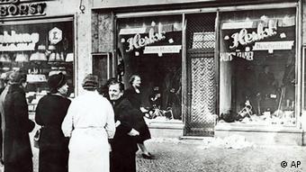 Passanten stehen im November 1938 in einer Stadt in Deutschland vor einem juedischen Geschaeft, dessen Schaufensterscheiben in der Reichskristallnacht am 9. Nov. 1938 zerstoert wurden. (Foto: ddp images/AP Photo)