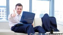 Symbolbild Optimismus Wirtschaft Geschäftsmann mit Laptop Daumen hoch