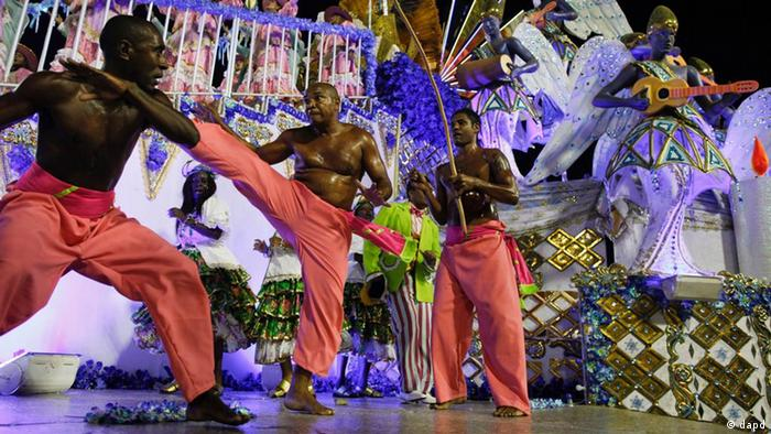 Drei Männer während eines Capoeira-Kampfes (Foto: Felipe Dana/AP/dapd)