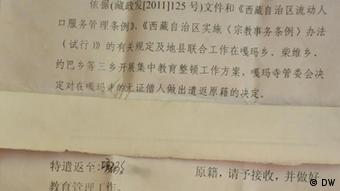 öffentliche Bekanntgabe, dass die Mönchen vertrieben werden. Ort Karma Tempel in Tibet Datum am 29. Okt. 2011 Fotograf Rinzin Wangmu