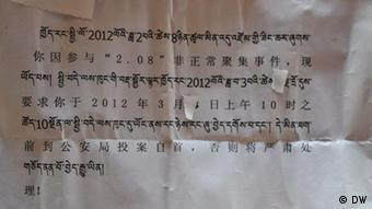 öffentliche Bekanntgabe der Provinzregierung an die Mönche, sich bei der Polizei zu stellen. Ort Karma Tempel in Tibet Datum am 29. Okt. 2011 Fotograf Rinzin Wangmu