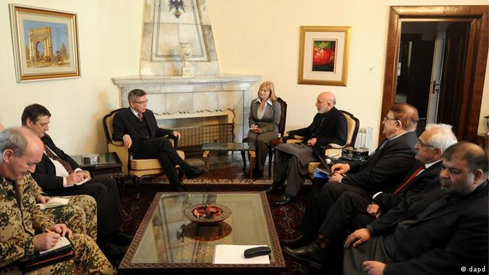 German Defense Minister Thomas de Maiziere speaking with Afghan President Hamid Karzai in Kabul on March 14