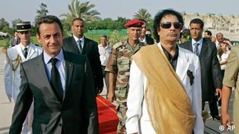 Libyan leader Moammar Gadhafi, right, welcomes French President Nicolas Sarkozy at the Bab Azizia Palace in Tripoli Wednesday, July 25, 2007. Sarkozy promised to boost relations with long-isolated Libya as he met with the oil-rich country's leader Moammar Gadhafi on Wednesday as a reward for the release of five Bulgarian nurses and a Palestinian doctor. (ddp images/AP Photo/Michel Euler)