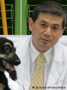 Hwang Woo-Suk with cloned dog Photo: EPA/KYUNGHYANG SHINMUN dpa
