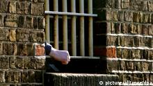 ion PA file photo dated 12/01/2005 showing a hand appearing through a cell window at HMP Chelmsford. Foto: Andrew Parsons +++(c) dpa - Report+++ Schlagworte Gitter, fenster, Hand, Backsteingebäude, knast, Justiz, Strafvollzug, Gebäude
