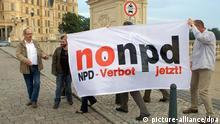 ARCHIV - Bürger protestieren nach Bekanntgabe der Ergebnisse bei den Landtagswahlen in Mecklenburg-Vorpommern am 04.09.2011 vor dem Schweriner Schloss in Schwerin gegen die Wiederwahl der NPD. Auf einem Transparent forden sie ein Verbot der NPD. Als Konsequenz aus der Neonazi-Mordserie hat sich die CDU jetzt für die Prüfung eines neuen NPD-Verbotsverfahrens ausgesprochen, auch ein Zentralregister für Rechtsextreme ist im Gespräch. Foto: Jens Büttner +++(c) dpa - Bildfunk+++ pixel