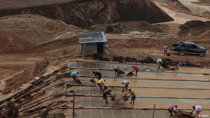 In this photo taken May 21, 2011 miners work at a legal mining concession in Huaypetue, Madre de Dios, Peru. Government efforts to halt illegal mining have mostly been futile. The state of Madre de Dios prides itself on its biodiversity and attracts eco-tourists for its monkeys, macaws and anacondas. But an estimated 35 metric tons of mercury is released annually by miners in this state alone, slowly poisoning people, plants, animals and fish, scientific studies show. (ddp images/AP Photo/Esteban Felix) - eingestellt von ml