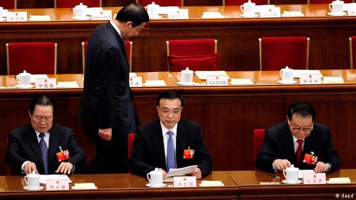 In this photo taken Friday, March 9, 2012, Chongqing party secretary Bo Xilai, walks past other Chinese leaders from left, Zhou Yong Kang, China's Communist Party head of Political and Legislative affairs committee, Vice Premier Li Keqiang and propaganda chief Li Changchun during a session of the National People's Congress held in Beijing. China's state news agency announced Thursday, March 15, 2012 that Bo resigned amid a scandal involving his former police chief and replaced by Chinese Vice Premier Zhang Dejiang. (Foto:Ng Han Guan/AP/dapd)