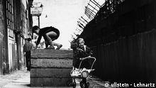 Deutschland Geschichte Berlin Kinder spielen an der an der Mauer
