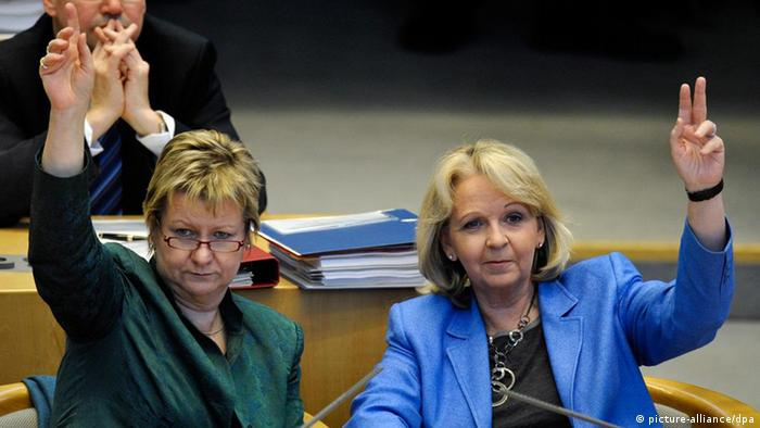 Sylvia Loehrmann of the Greens (l) and Hannelore Kraft of the SPD (r)