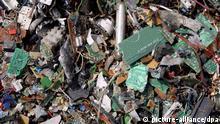 Elektronikschrott auf dem Gelände der Hüttenwerke Kayser in Lünen (Kreis Unna), dem größten Kupferrecycler der Welt und Tochter der Norddeutschen Affinerie AG (Foto vom 16.02.2004). Das Werk zählt rund 400 Beschäftigte und hat eine Verarbeitungskapazität von rund 300 000 Tonnen kupferhaltiger Recyclingmaterialien im Jahr. Aus dem angelieferten Kupferschrott wird dort zu 99,99 Prozent reines Kupfer als wichtiger Rohstoff für die Industrie gewonnen. Hersteller von Computern, Telefonen, Handys und vielen anderen Elektro- und Elektronikgeräten müssen in Deutschland von Mitte 2005 an ihre Produkte zurücknehmen. Dies sieht eine EU-Verordnung vor, die noch in nationales Recht umgesetzt werden muss. In Deutschland fallen nach Angaben des Deutschen Kupferinstituts jährlich rund 1,67 Millionen Tonnen Elektroschrott an.Foto: Bernd Thissen dpa/lnw