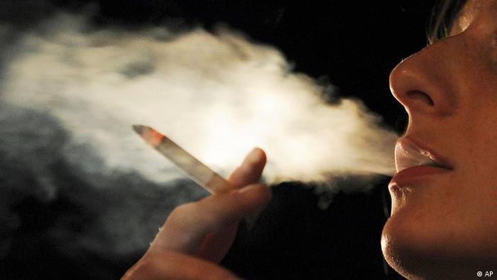 Eine junge Frau raucht eine Zigarette (Archivfoto: ddp/AP)