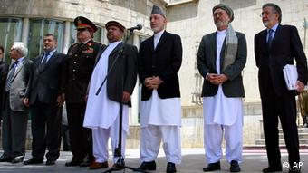 Afghan President Hamid Karzai, 3rd right, speaks to the media, supported by members of his cabinet at the presidential palace in Kabul, Afghanistan, on Thursday, June 23, 2011. Afghan President Hamid Karzai says his nation's youth will stand up and defend its country as the U.S. begins to pull troops out. (Foto:Musadeq Sadeq/AP/dapd)