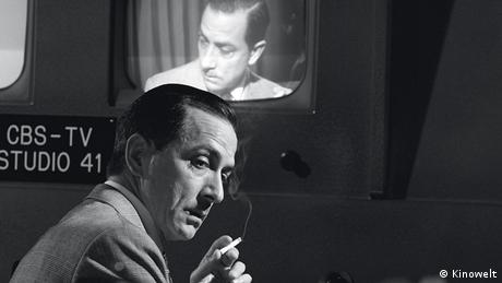 Edward Murrow holding a cigarette in front of a tv in Good Night And Good Luck, Photo: Kinowelt