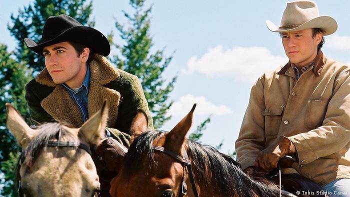 film still Brokeback Mountain: two men in cowboy hats on horses (Tobis Studio Canal)