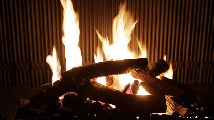 Ein Feuer brennt in einem offenen Kamin
