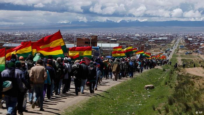 Protesters advance toward the country's capital as they arrive in El Alto, Bolivia