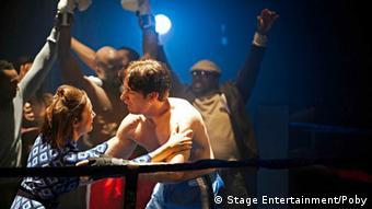 Liebesszene aus den Proben für das Rocky Musical in der Oper Hamburg, 07.03.2012. (Foto: Stage Entertainment)