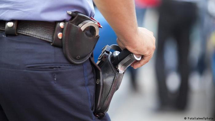 Symbolbild Polizei Waffe Pistole Polizist