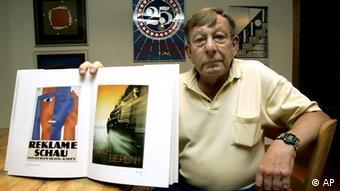 Петер Закс з альбомом плакатів свого батька