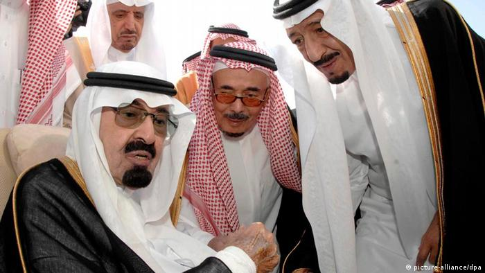 A handout picture made available by the Saudi Press Agency (SPA) shows Saudi King Abdullah bin Abdulaziz Al Saud (L) next to Prince Salman bin Abdul Aziz Al Saud (R) before leaving for treatment to the US, in Riyadh, Saudi Arabia, 22 November 2010 (Photo: EPA/SAUDI PRESS AGENCY - HANDOUT EDITORIAL USE ONLY/NO SALES +++(c) dpa - Bildfunk+++)