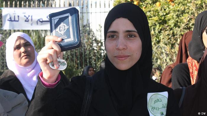 Islamist girl demonstrates in Tunis claiming Sharia application
