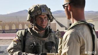 رابرت بیلس (چپ) سربازی که به قتل ۱۶ نفر غیرنظامی متهم شده است.