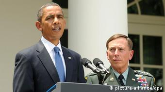 US President Barack Obama (L) announces that General David Petraeus (R), former commander of US forces in Iraq, will replace US General Stanley McChrystal as top NATO commander in Afghanistan in the Rose Garden of the White House in Washington DC, USA, 23 June 2010. McChrystal resigned over a magazine article in which he and his top aides criticize the US government. In the profile of McChrystal by Rolling Stone magazine, he is portrayed as dismissive of top US officials involved in Afghanistan policy. EPA/MICHAEL REYNOLDS +++(c) dpa - Bildfunk+++ pixel