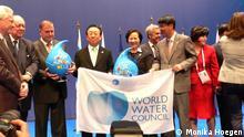Übergabe der World Water Forum Fahne an die Delegation aus Korea. Das 7. Weltwasserform wird 2015 in der südkoreanischen Stadt Daegu Gyeongbuk stattfinden. Foto: Monika Hoegen