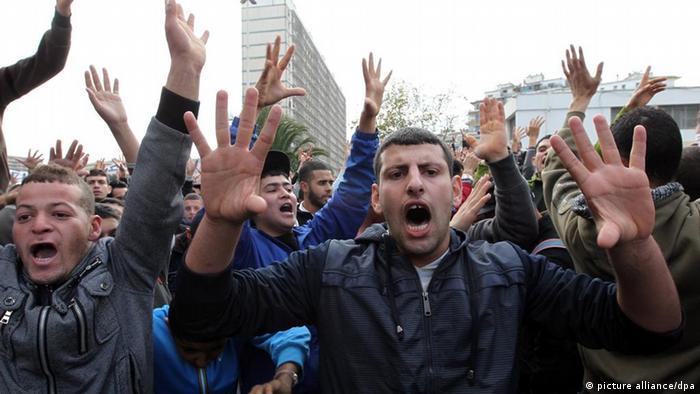 معترضان در تظاهرات سال ۲۰۱۱ خواستار کنارهگیری بوتفلیقه از ریاست جمهوری شدند