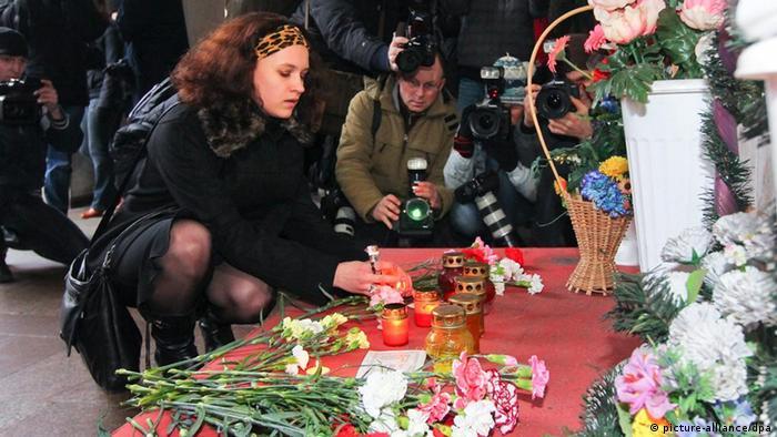 Цветы и свечи в память о жертвах теракта в Минске