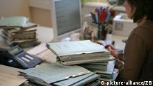 Aktenstapel liegen auf den Schreibtischen in einer Behörde in Frankfurt (Oder), aufgenommen am 06.09.2007 (Symbolbild zum Thema Börokratie). Foto: Patrick Pleul +++(c) dpa - Report+++