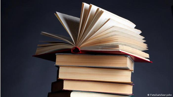 Symbolbild Literatur Bücherstapel