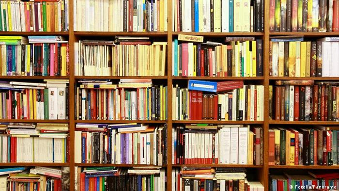 A bookshelf stacked full of books. Photo: Fotolia/PANORAMO #19772558